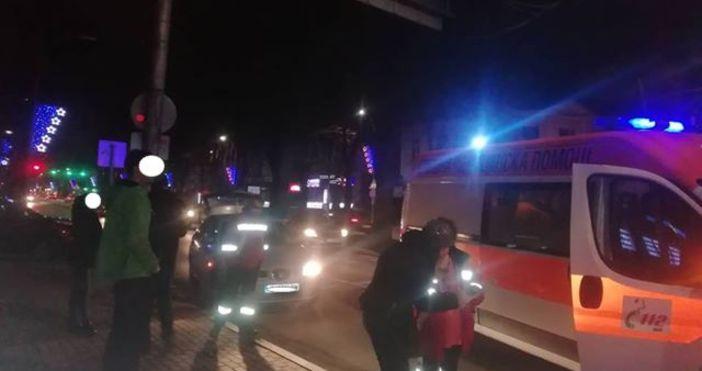 Жена е била блъсната на пешеходна пътека тази вечер, съобщава