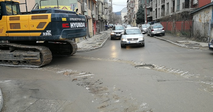 Тежка машина разби асфалт на улица във Варна.Георжи Божиновзасне щетите