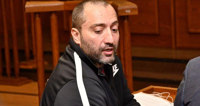кадър: БулфотоДимитър Желязков-Митьо Очитеи неговиятадвокатвнасят жалба срещу постоянния муарест, наложен