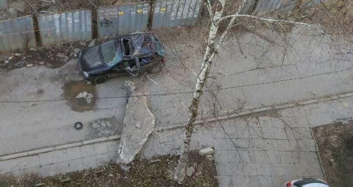 Снимка фейсбукОгромен бетонен къс от изоставена недостроена сграда е паднал