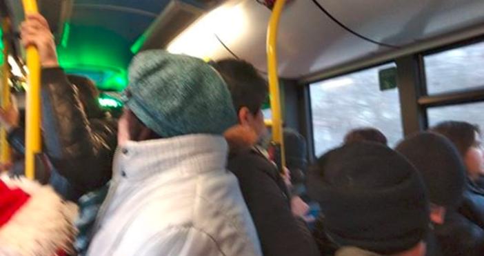 Снимка: Из Епопея на забравените пътници в градския транспорт: Ето така се пътува в час-пик за работа във Варна