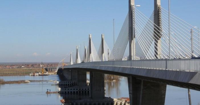 Снимка: Екипи ремонтират отворила се дупка на Дунав мост