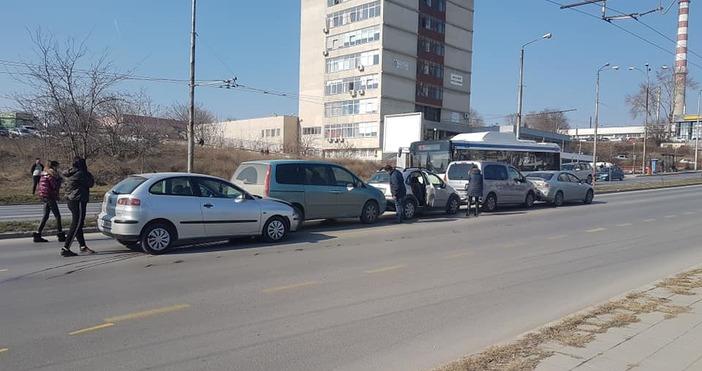 Снимка: Куриозна ситуация! Петорна верижна катастрофа точно пред КАТ - Варна