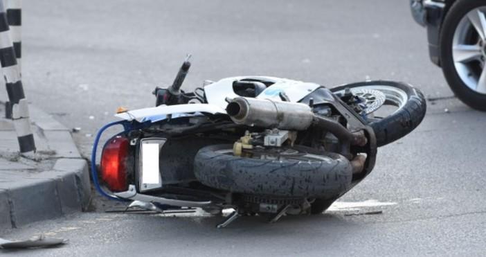 Снимка: Мотоциклетист счупи крак след като кола му отне предимството на кръстовище във Варна