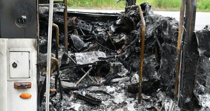Снимка: Автобус се запали на АМ Хемус