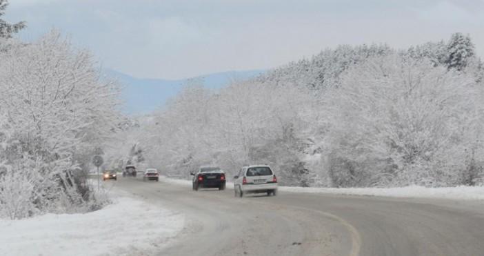 Снимка: Снегът затвори редица пътища в страната