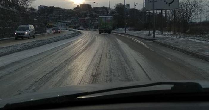 Снимка: Зимата се завърна с пълна сила: Сняг и студ сковаха Варна