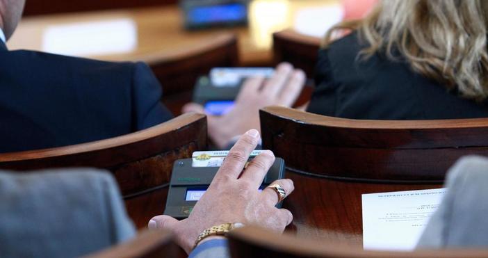 Депутатите ще губят основното си месечно възнаграждение при три поредни