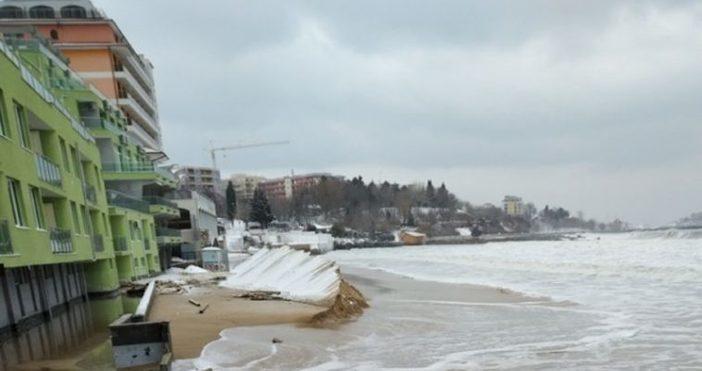 Снимкиmediapool.bgВълните отнесоха и заведения на северния плаж в Слънчев бряг.