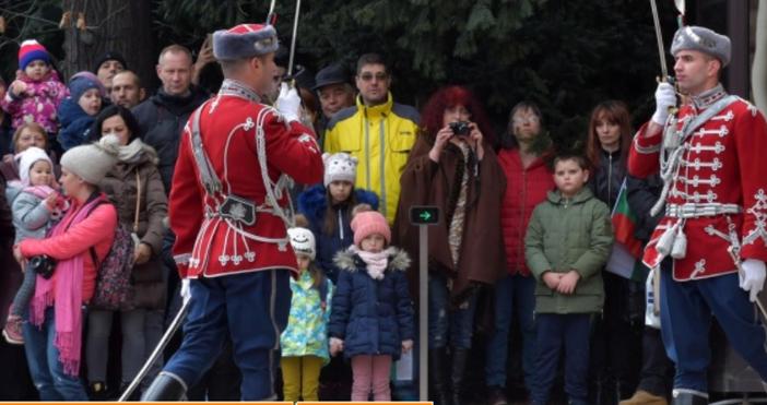 Снимка: Почетният гвардейски караул пред Президентството извърши тържествена смяна за националния празник