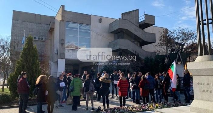 """Над 50 души влязоха в Общинския съвет с възгласи """"искаме"""