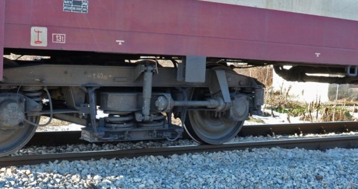 Снимка Булфото, архивПожарникари гасиха локомотив на видинската гара.В 10:02 часа