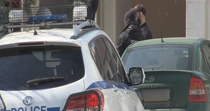 Снимка: bTVПрокуратурата влезе в полицията в Благоевград тази сутрин по