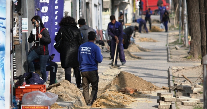 """Снимка: Поредното разкопаване във Варна: Този път изровиха натоварен тротоар на бул. """"Цар Освободител"""""""