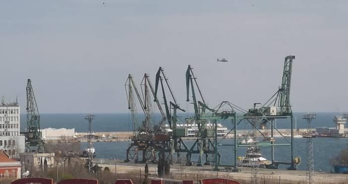 Снимки читателУчение на хеликаптери и моторници в морето край Варна