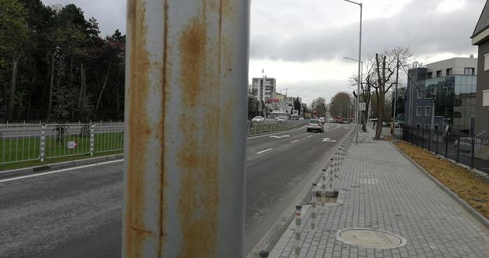 Снимка: Нови стълбове на ремонтиран булевард във Варна ръждясаха! Хората попиляха общината с коментари