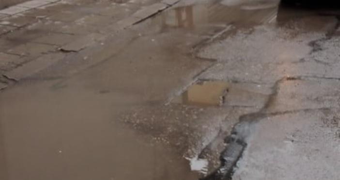 """Снимка: Живущи на ул. """"Рила"""" във Варна: Водата не се оттича в шахтите заради обратния наклон. След дъжд е страшно"""