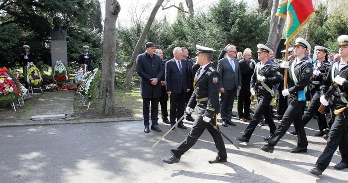 Снимка: Варна почете героите на Априлското въстание пред паметника на Георги Бенковски в Морската градина