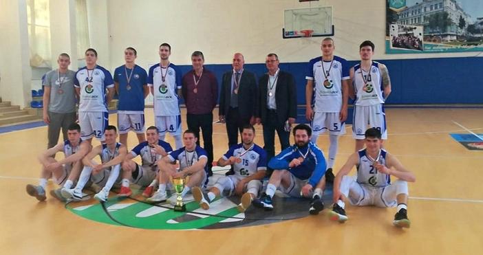Снимка: Баскетболистите на ИУ-Варна с медали за седма поредна година