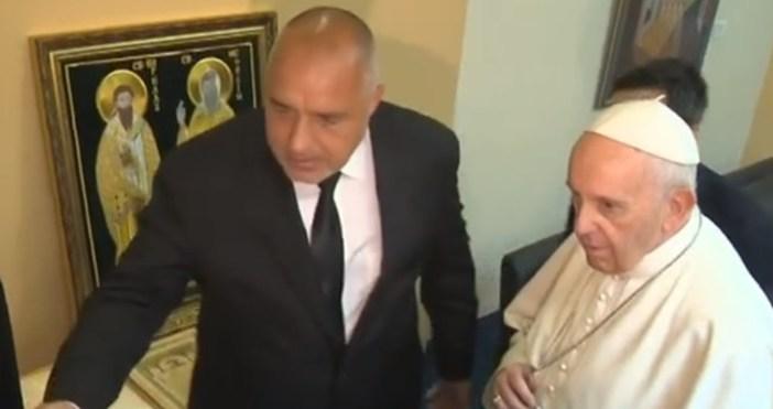 24chasa.bgкадри: БтвПремиерът Бойко Борисов подари на папа Франциск златовезана икона,