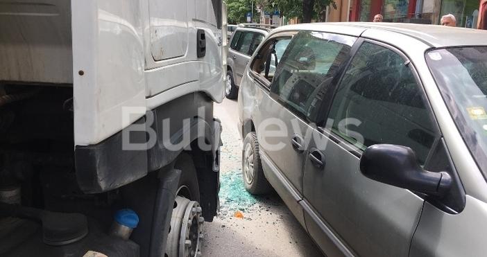 Снимки БулнюзМъртво пиян тираджия натресе две коли в центъра на