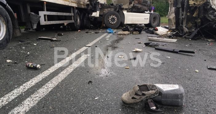 Зверска катастрофа между два тежкотоварни камиона е затворила международен път