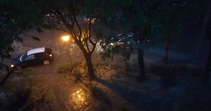 Порен дъжд се изсипва над Варна в момента.Има и гръмотевици,