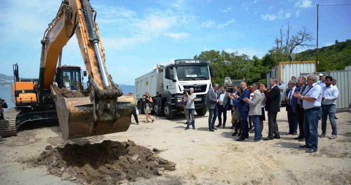 снимка: Live.Varna.bgПърва копка на изграждането на рибарско пристанище в местността