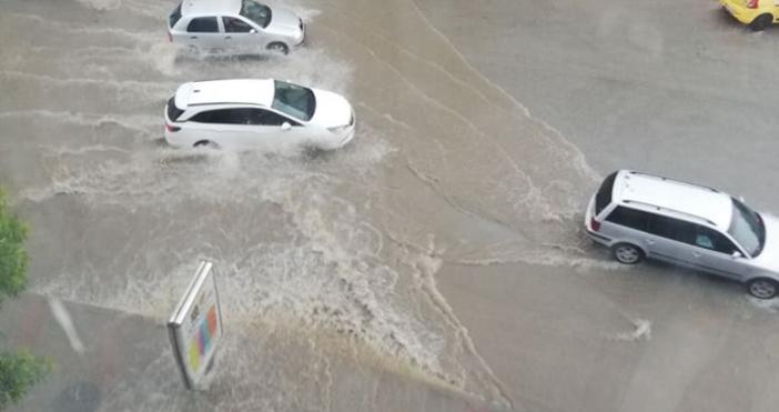 Снимки: БорбаСилниятдъждпревърна вкоритонарекацентралната част наВелико Търново. Водата сля улици и
