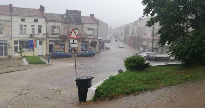 Снимка и видео: Фейсбук, Диана ОвчароваПроливен дъжд превърна улиците на