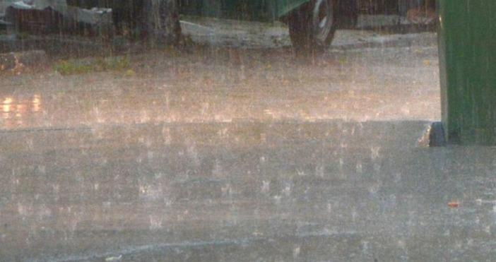 Пороен дъжд наводни болницата в Девин, съобщава БНР.Мазетата в сградата
