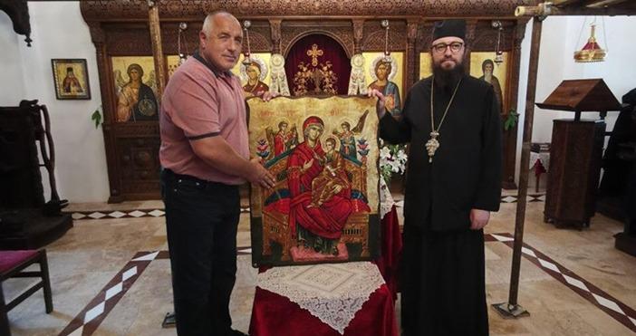 Снимки: фейсбукПремиерът Бойко Борисов е дарил икона на Дивотинския манастир