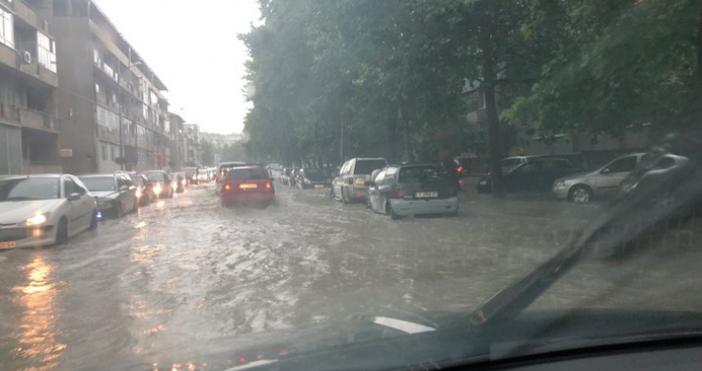 Снимки: БлицПроливен дъжд и градушка се изсипаха в Търговищко.В град