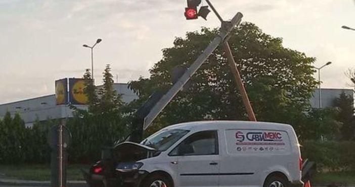 снимки: Шофьори БургасЗрелищна катастрофа стана рано тази сутрин на бул.Транспортна