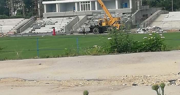 Кран ще постави днес козирката на новата трибуна на стадион