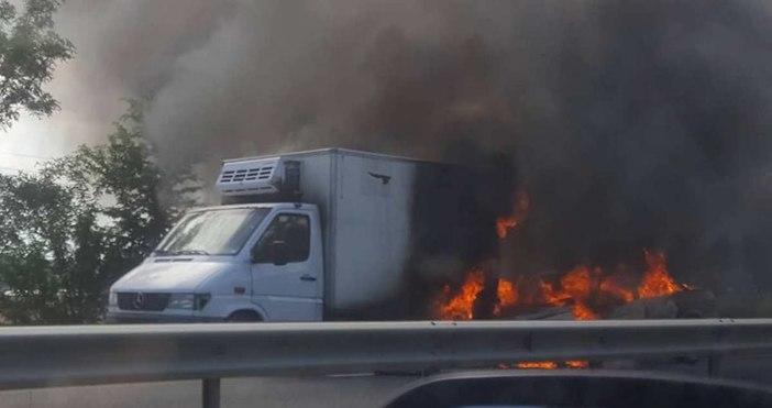 снимки: ФлагманЛек автомобил с метанова уредба се заби в камион