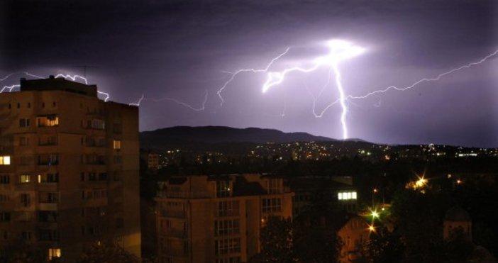 Снимка: Синоптици: В сряда ще гърми в Западна България, не говорете по мобилен телефон на открито