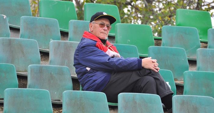Снимка: Варненският спортен журналист Митко Апостолов навършва 80 години днес