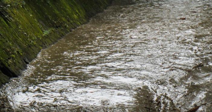 Снимка БулфотоПроливен дъжд и придошла река подкопаха пътя Велинград-Якоруда, съобщи