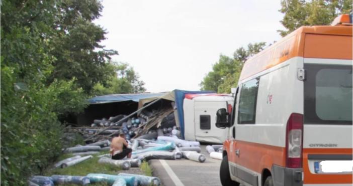 Снимки: БулфотоПиян украински шофьор на камион предизвика катастрофа на пътя