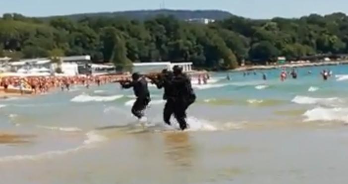 Кадър и видео: фейсбукКомандоси шашардисаха туристи на плаж във Варна.По