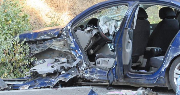 Снимка БулфотоКола с румънска регистрация катастрофира в тежкотоварен камион на