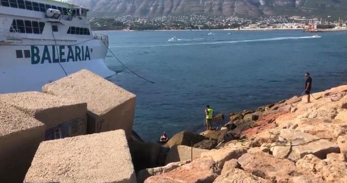 Ферибот, пълен с хора се блъсна в брега край Испания.