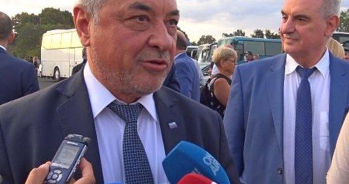 Източник и снимка: Флагман.бгЛидерът на НФСБ Валери Симеонов произведе новината