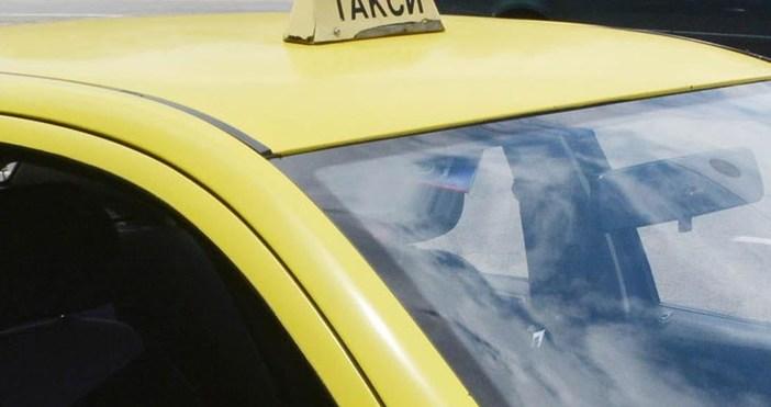 Снимка: Таксиметров шофьор качи трима в колата си и преживя страшен кошмар