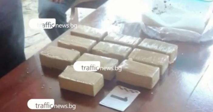 Снимка: Дрога за 200 000 лева изкопана в габровско село, 40 см пръст и куп дърва криели хероина