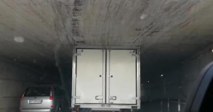Поредна странна ситуация сътвори шофьор на бус в София. На