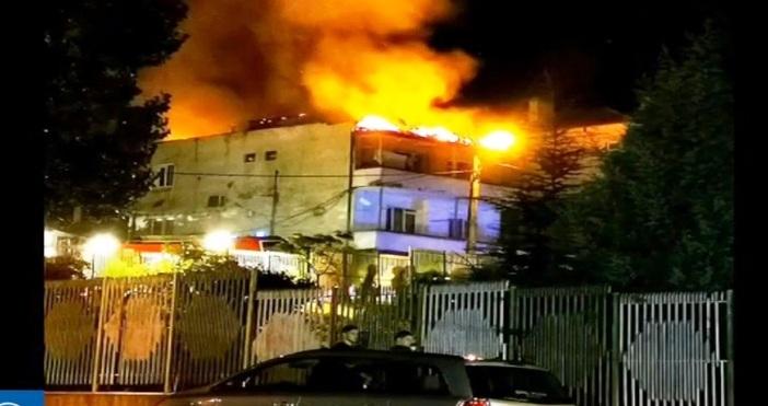 Голям пожар избухна в Благоевград в нощта срещу петък. Запалила