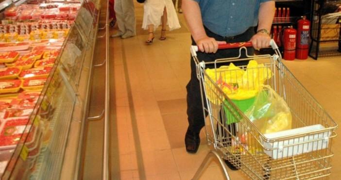 Варненец обра стелажите на магазин за хранистелни стоки на 10.09.