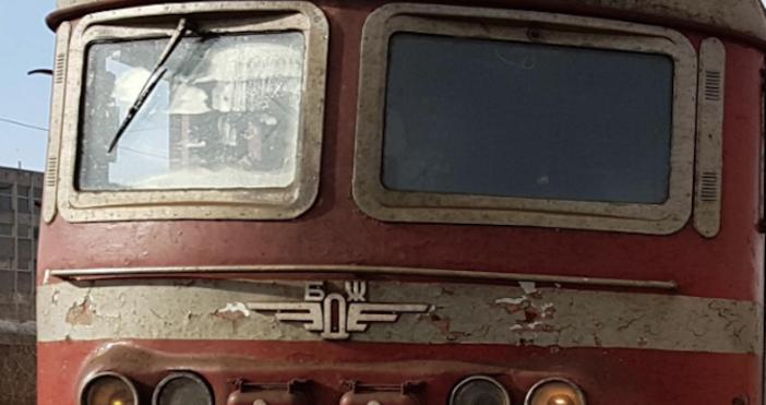 Снимка: Бърз влак от София за Варна престоя в гара Търнак. Причината е...